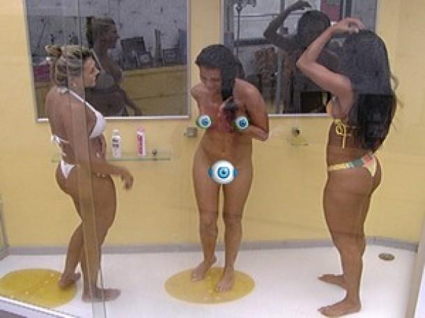 BBB 12: Espanhola Noemí toma banho nua com Kelly e Fabiana